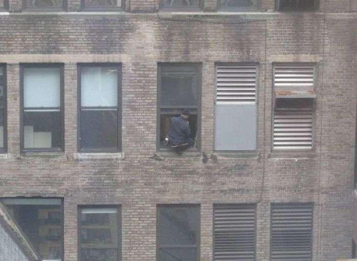 windowcleaner04 - #Video Un limpiador de ventanas valiente en Manhattan. ¿O un loco temerario?