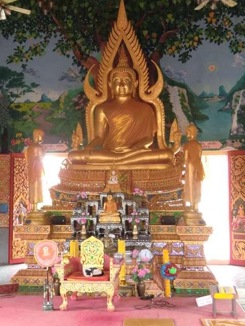 im Innern des Wat Plai laem