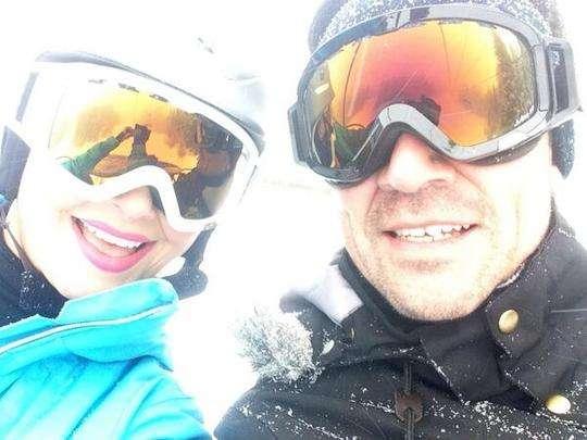 Elizabeth Álvarez y Jorge Salinas en la nieve